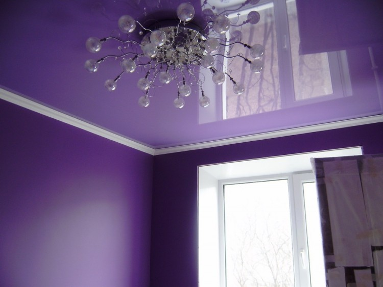 Натяжные потолки фиолетового и сиреневого цвета